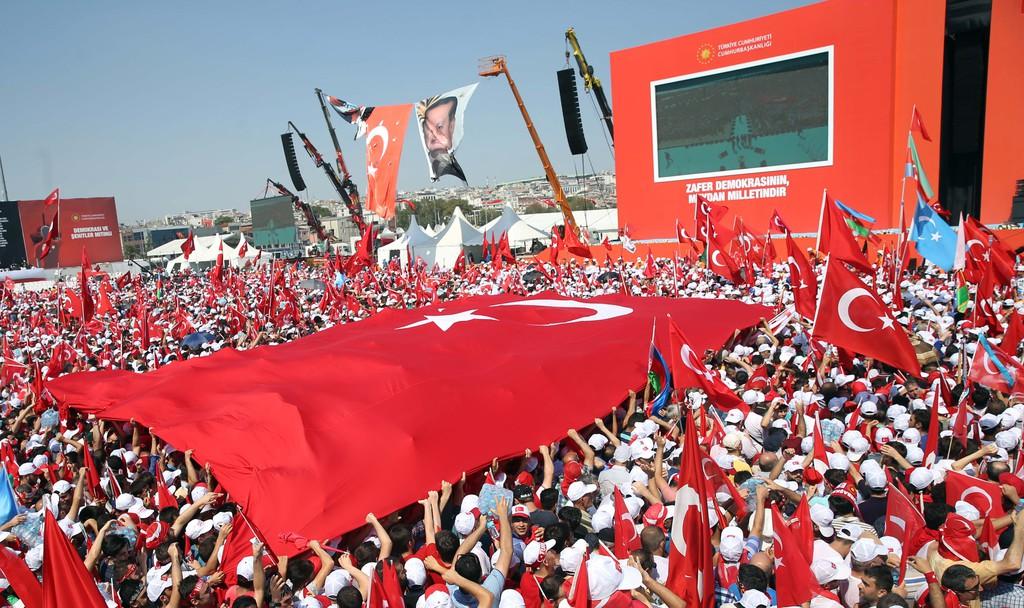 """Cumhurbaşkanlığı himayesinde, İstanbul Valiliği ve Büyükşehir Belediyesi desteğiyle düzenlenen """"Demokrasi ve Şehitler Mitingi"""" için Yenikapı Miting Alanı'na saatler öncesinden gelen vatandaşlar alana alınmaya başlandı. ( Abdullah Coşkun - Anadolu Ajansı )"""