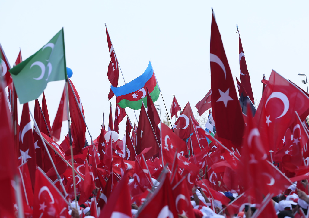 """Cumhurbaşkanlığı himayesinde, İstanbul Valiliği ve Büyükşehir Belediyesi desteğiyle düzenlenen """"Demokrasi ve Şehitler Mitingi"""" için Yenikapı Miting Alanı'na saatler öncesinden gelen vatandaşlar alana alınmaya başlandı. ( İsa Terli - Anadolu Ajansı )"""